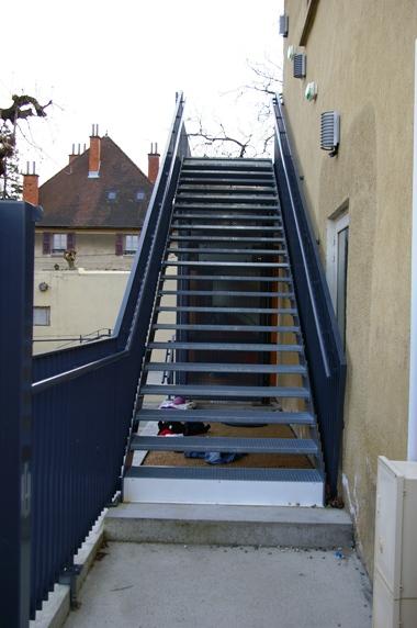 escalier-metal-droit-garde-corps